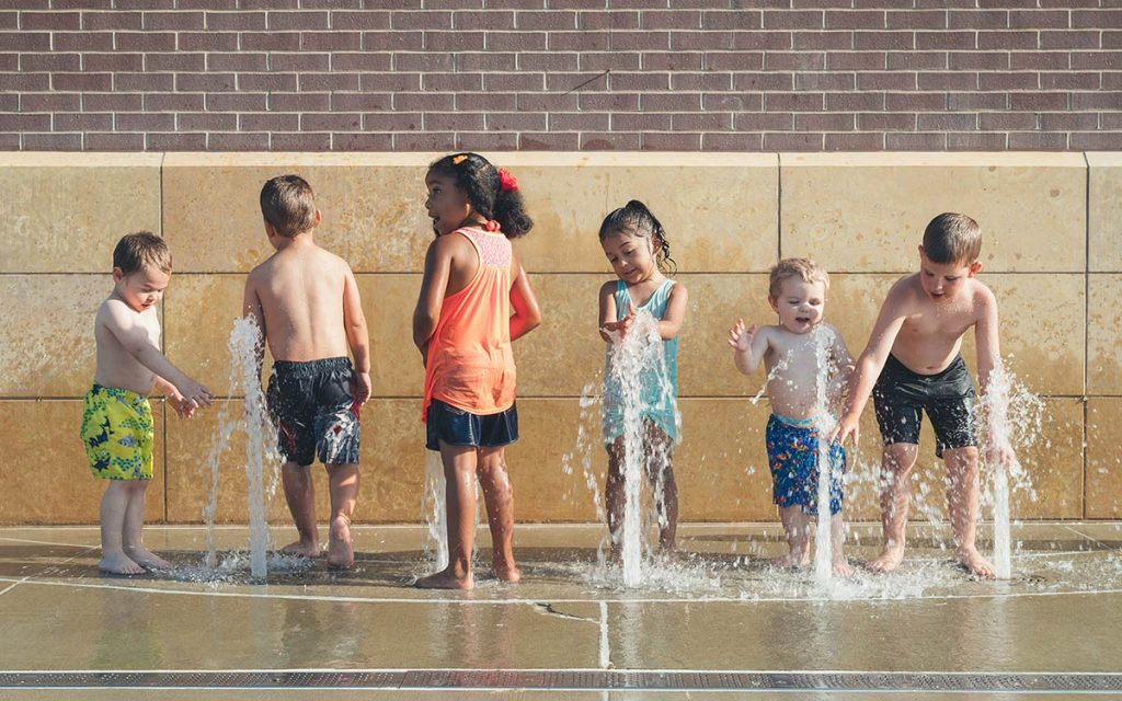 summer-fun-kids-fountain-water-swim-aliat